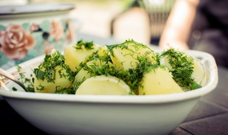Koprová omáčka s bramborami posypanými koprem.
