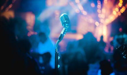 Koncert, na kterém se ke zpěvu připravuje Lucie Bílá.