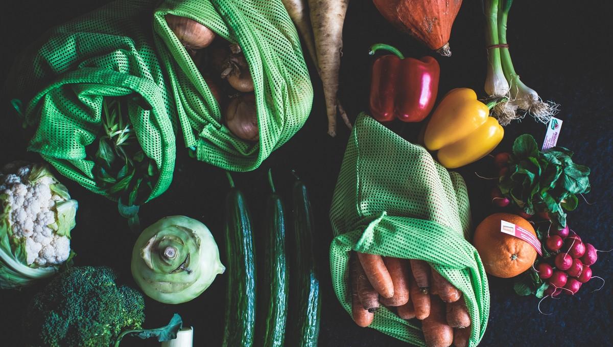 RAW strava v podobě syrové zeleniny a ovoce.