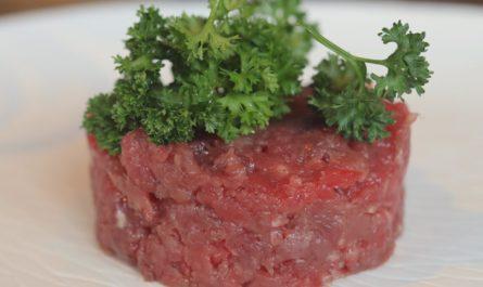 Kvalitní červený tatarák připravený ze syrového masa.
