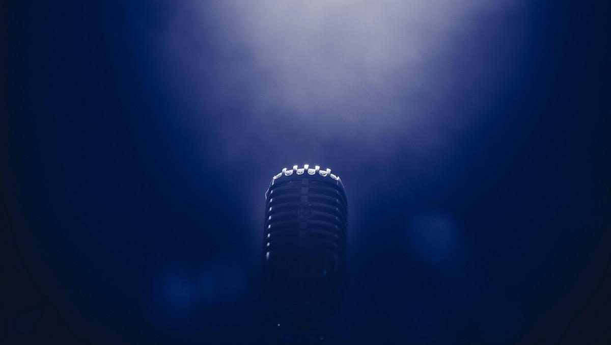 Mikrofon, do kterého bude za chvíli zpívat Václav Neckář.